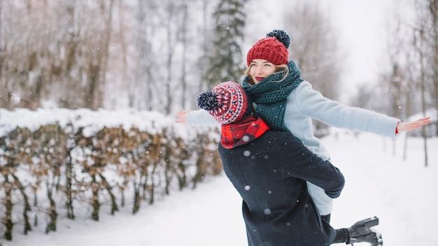 Opgewonden gelukkig paar in sneeuwval