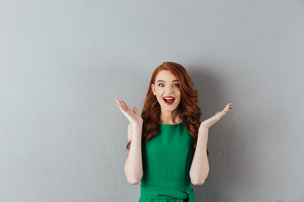 Opgewonden gelukkig roodharige jonge dame