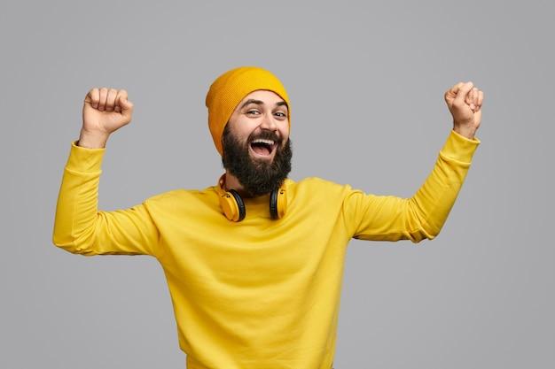 Opgewonden hipster dansen met gebalde vuisten