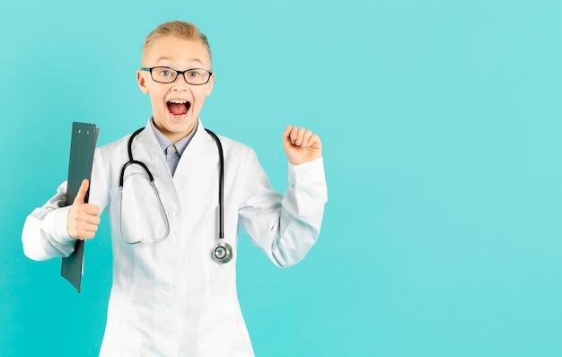Opgewonden jonge dokter kopie ruimte