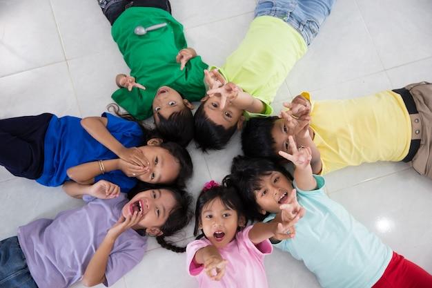 Opgewonden jonge kleine kinderen groep vaststelling