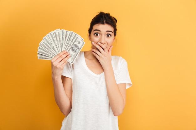 Opgewonden jonge mooie vrouw met geld.
