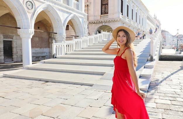 Opgewonden jonge prinses in venetië klaar om de trap op te gaan om de geweldige stad in italië te bezoeken