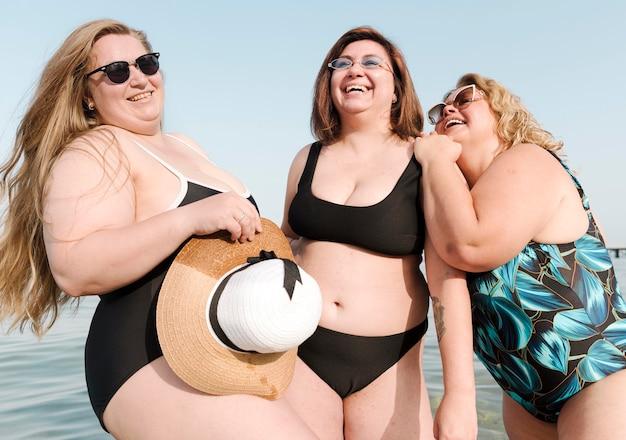 Opgewonden jonge vrienden en zomerhoed