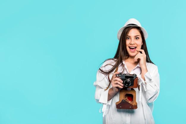 Opgewonden jonge vrouw met camera