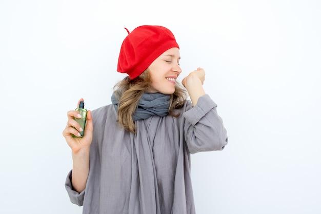 Opgewonden jonge vrouw testen van nieuw parfum