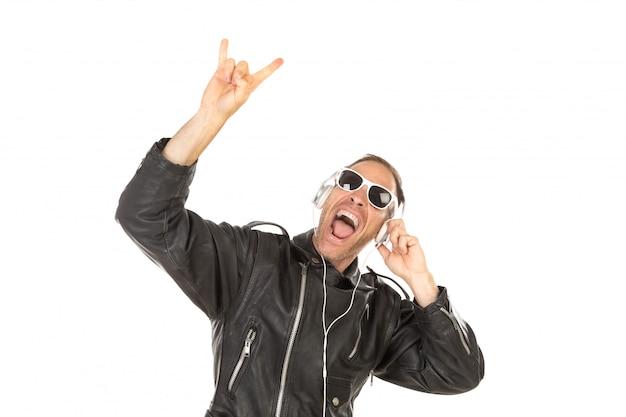 Opgewonden kerel luistermuziek
