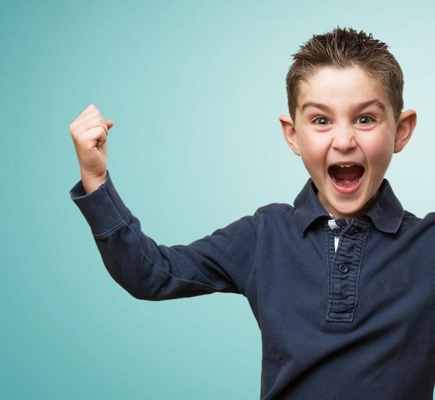 Opgewonden kind met omhoog vuist