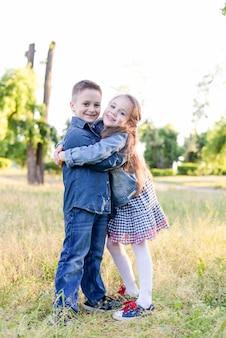 Opgewonden kinderen in het groene veld spelen samen
