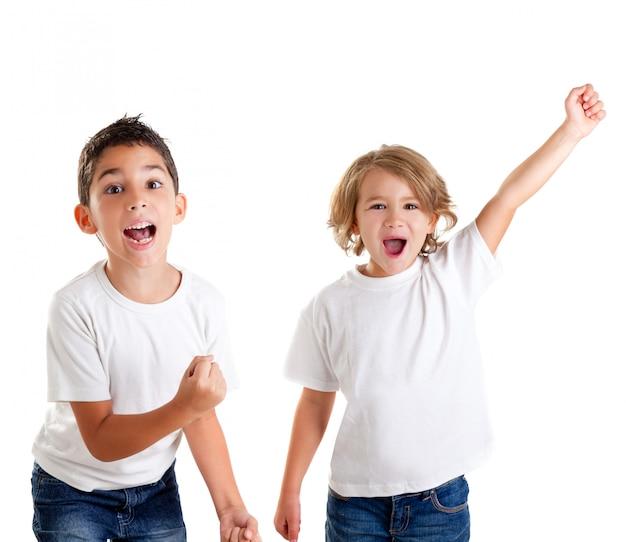 Opgewonden kinderen kinderen blij schreeuwen en winnaar gebaar uitdrukking op wit