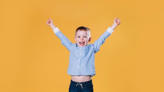 Opgewonden kleine jongen