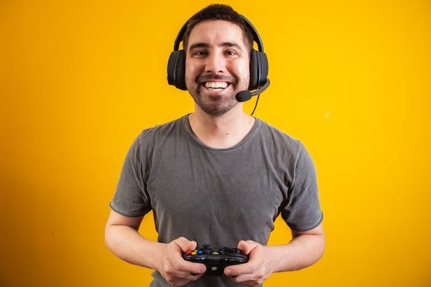 Opgewonden knappe man die videogame speelt