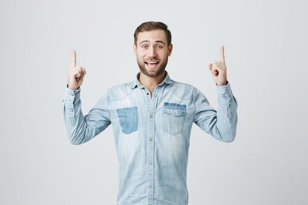 Opgewonden lachende man bevordering van banner, wijzende vingers
