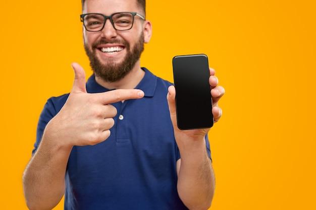 Opgewonden man met moderne smartphone
