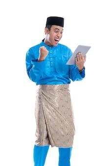Opgewonden man op witte achtergrond met zijn tablet-pc