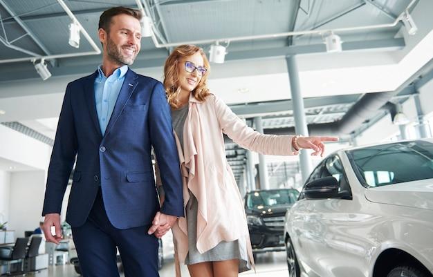 Opgewonden mannelijke klant met zijn vrouw in een showroom