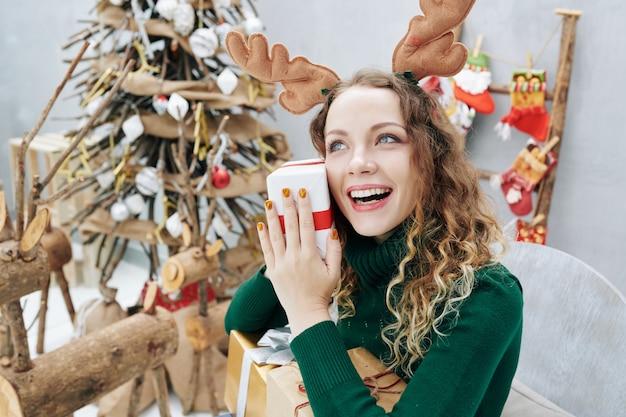 Opgewonden meisje met kerstcadeau