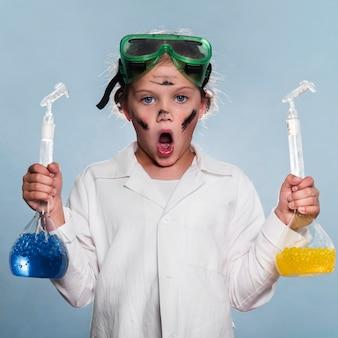 Opgewonden meisje met wetenschapsbuizen