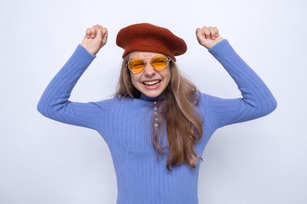 Opgewonden met ja gebaar mooi klein meisje met een bril met hoed