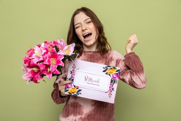 Opgewonden mooi jong meisje op gelukkige vrouwendag met boeket met wenskaart