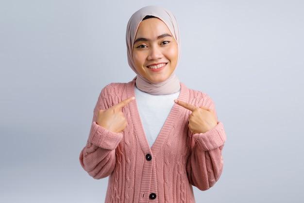 Opgewonden mooie aziatische vrouw op wit