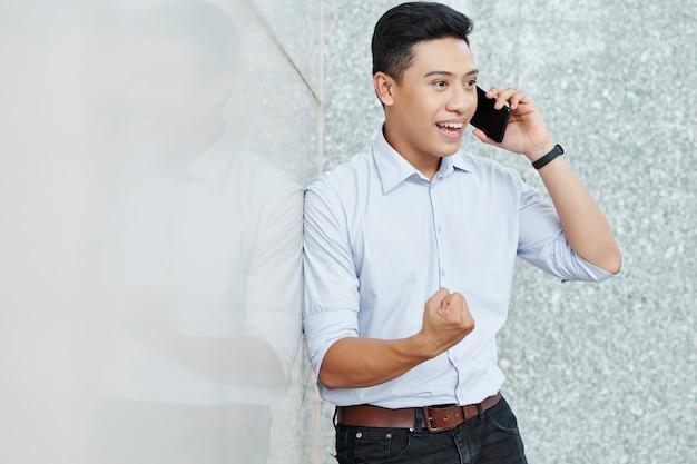 Opgewonden ondernemer bellen op de telefoon