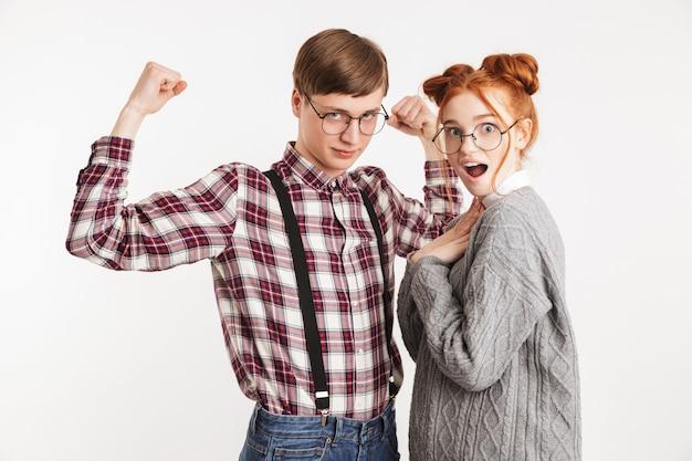 Opgewonden paar schoolnerds die met elkaar flirten