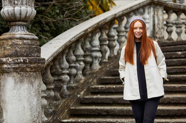 Opgewonden reisvrouw op herfst of lente tripwoman in warme kleren genietend van een reis in europa in zijn...