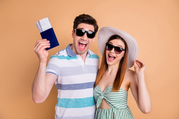 Opgewonden reizigerspaar in zonnebril geniet van zomervakantie