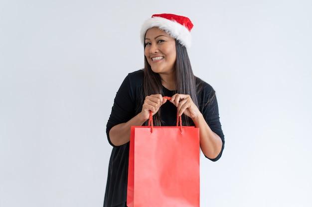 Opgewonden shopper blij met kerstaankopen