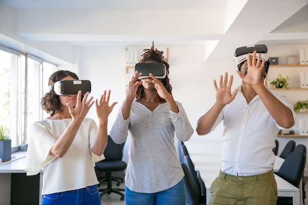 Opgewonden team van drie spelen virtuele game