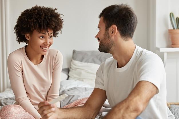 Opgewonden toekomstige ouders van gemengd ras kunnen hun echte emoties niet vasthouden