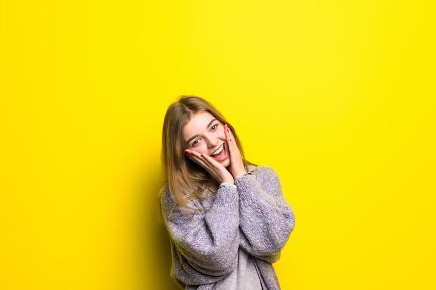 Opgewonden van vreugde. tiener meisje extatisch gevoel van verrassing schreeuwen geïsoleerd