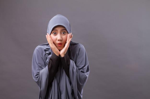 Opgewonden, verbaasde moslimvrouw met hijab of hoofddoek