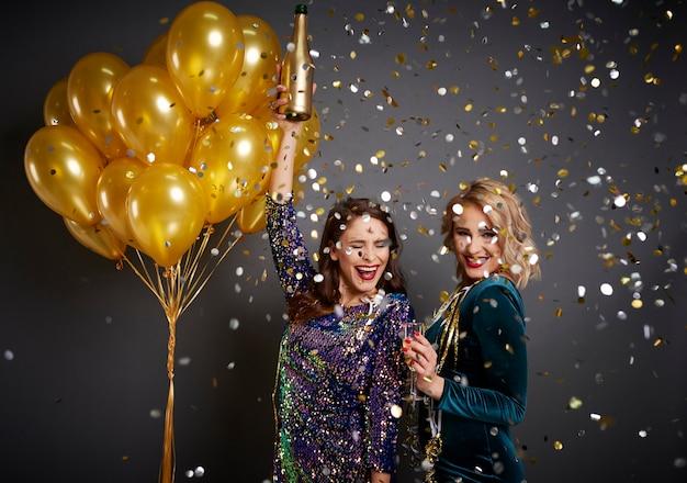 Opgewonden vrienden die nieuw jaar verwelkomen