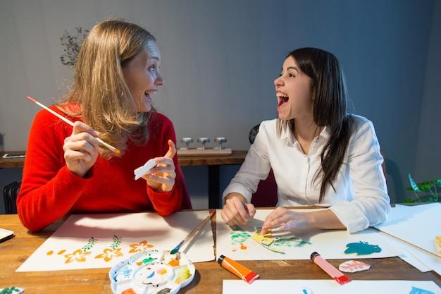 Opgewonden vriendinnen met plezier