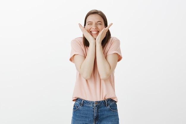 Opgewonden, vrolijke vrouw die zich verheugt over verbazingwekkend goed nieuws