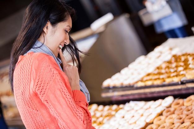 Opgewonden vrouw donuts selecteren