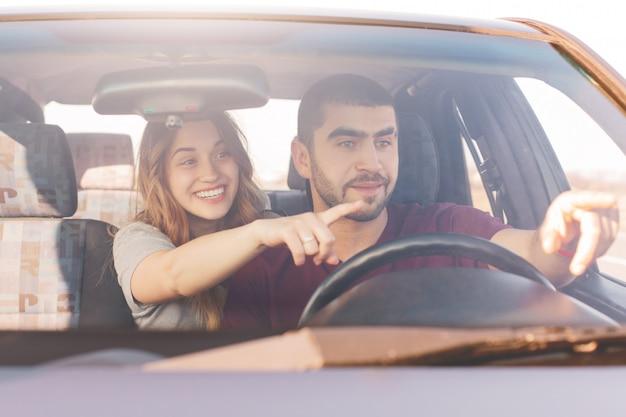 Opgewonden vrouw en man in de auto