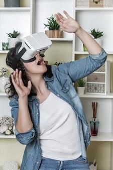 Opgewonden vrouw kijken naar video in vr-bril
