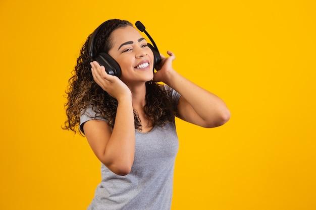 Opgewonden vrouw luisteren naar muziek op koptelefoon.