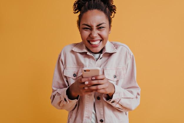 Opgewonden vrouw met behulp van smartphone