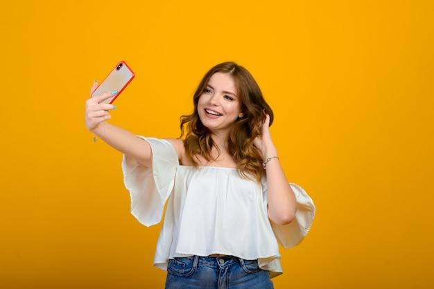 Opgewonden vrouw met digitaal apparaat. geschokt meisje met smartphone, emotioneel