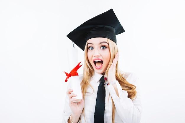 Opgewonden vrouw met diploma