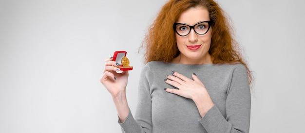 Opgewonden vrouw met geschenkdoos