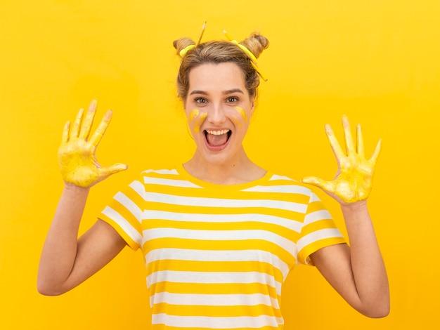 Opgewonden vrouw met geschilderde handen
