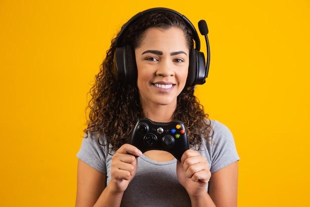 Opgewonden vrouw met headset en videogamecontroller. gamer-concept