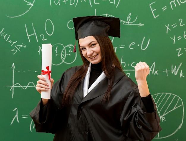 Opgewonden vrouw met schoolbord