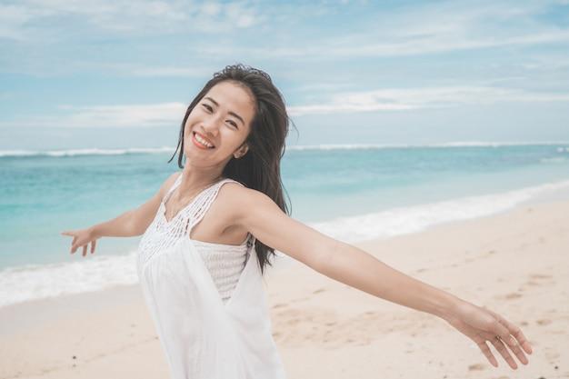 Opgewonden vrouw op het strand