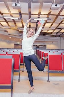 Opgewonden vrouw plezier in de collegezaal